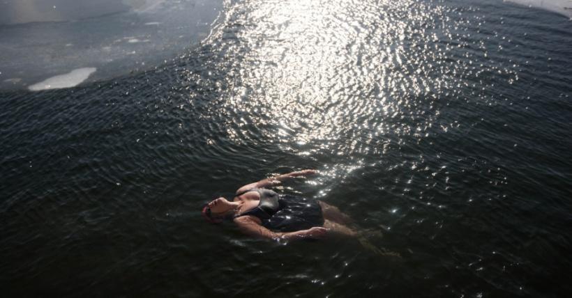 23jan2016-uma-mulher-que-gosta-de-aguas-geladas-mergulha-em-um-lago-parcialmente-congelado-de-pequim-na-china-a-maxima-em-pequim-foi-de-10-c-mas-isso-nao-intimidou-a-moca-1453567273776_956x500